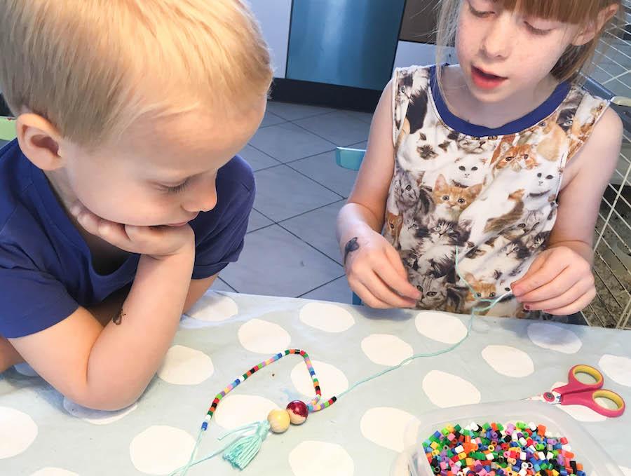 ketting van strijkkralen maken, flesjes maken, knutselen met kinderen, creatief met kleuters en schoolkinderen
