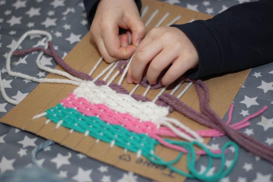 weven met kleuters of grote kinderen, knutselen, diy, wol, leren weven, diy wandhanger maken