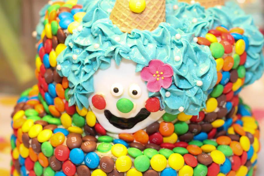 regenboog M&m taart, clowntjestaart, verjaardagstaart kind, jongen, meisje, vrolijke verjaardagstaart