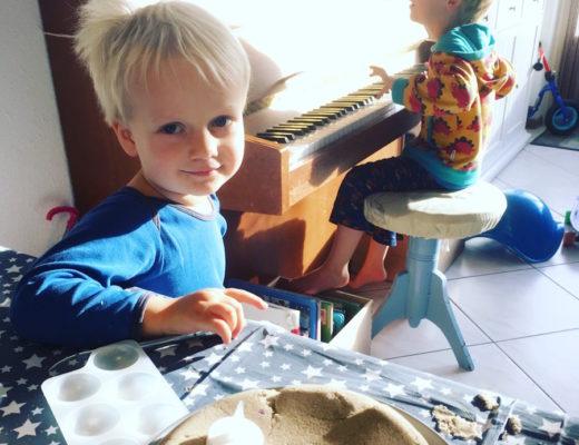 leukste speelgoed voor driejarige peuter, speelgoedtips peuter jongens, kinetica sand, sensorisch spelen, driejarige peuter jongen cadeau tips