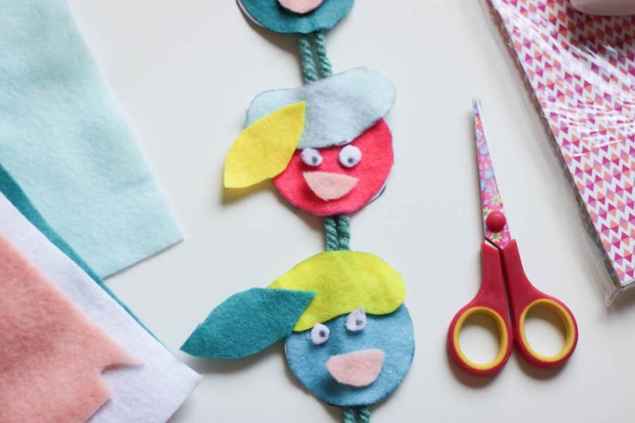 pietjes slinger, pietenhanger, knutselen met kinderen, regenboogpietjes, diy, vilt, crafts for kids