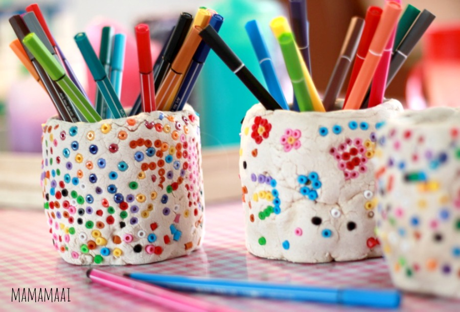 """hamabeads, strijkkralen, pennenbakje van zoutdeeg en strijkkralen maken, knutselen met kinderen""""> <div style="""