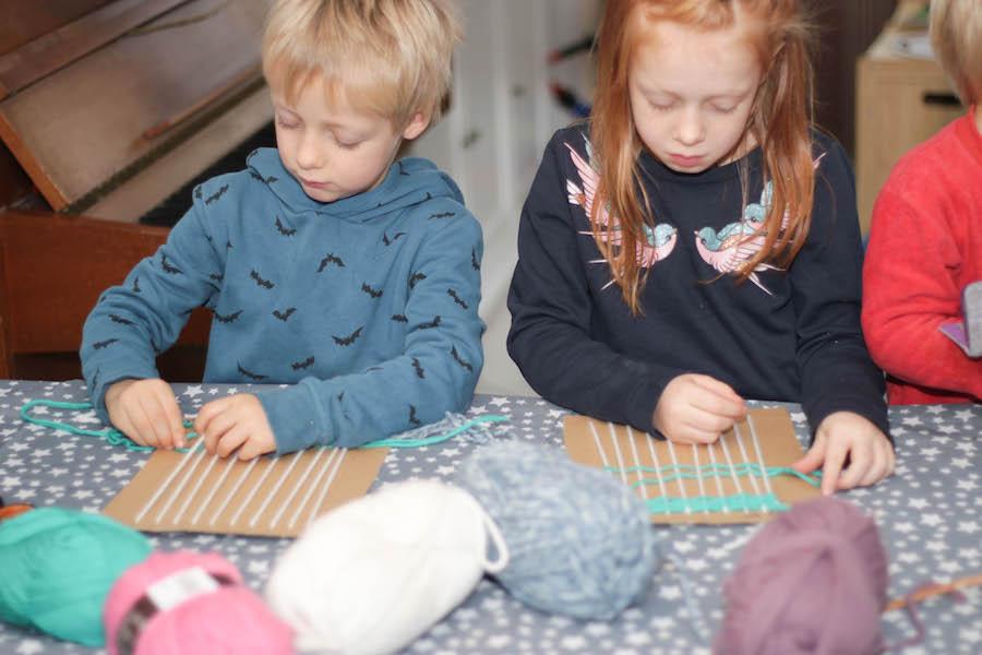 weven met kleuters of grote kinderen, knutselen, diy, wol, diy wandhanger maken
