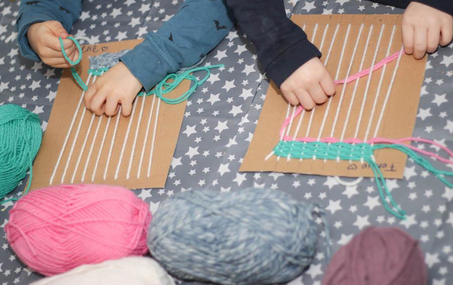 weven met kleuters of grote kinderen, knutselen, weefraam maken, diy, wol, diy wandhanger maken