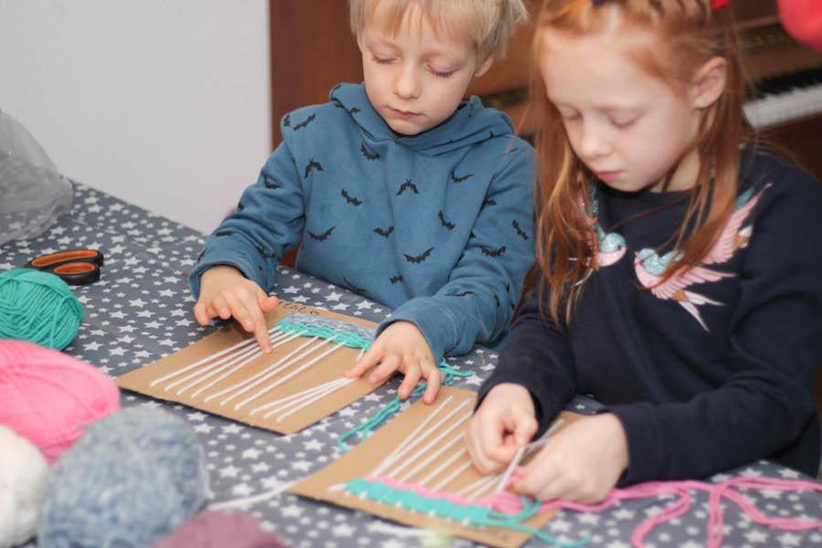 weven met kleuters of grote kinderen, knutselen, leren weven, weefraam maken, diy, wol, diy wandhanger maken