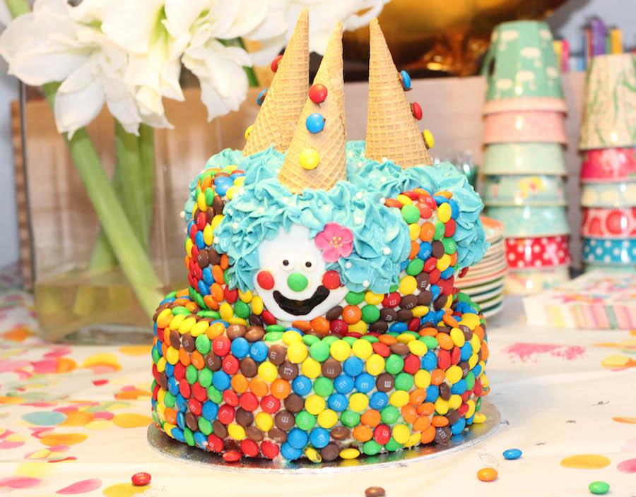 regenboog M&m taart, clowntjestaart, ijshoorntjes, verjaardagstaart kind, jongen, meisje, vrolijke verjaardagstaart