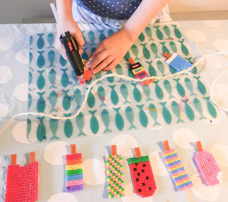 ijsjesslinger maken van strijkkralen, knutselen met kinderen, creatief met kleuters, hama beats, strijkkralen ijsjes, diy