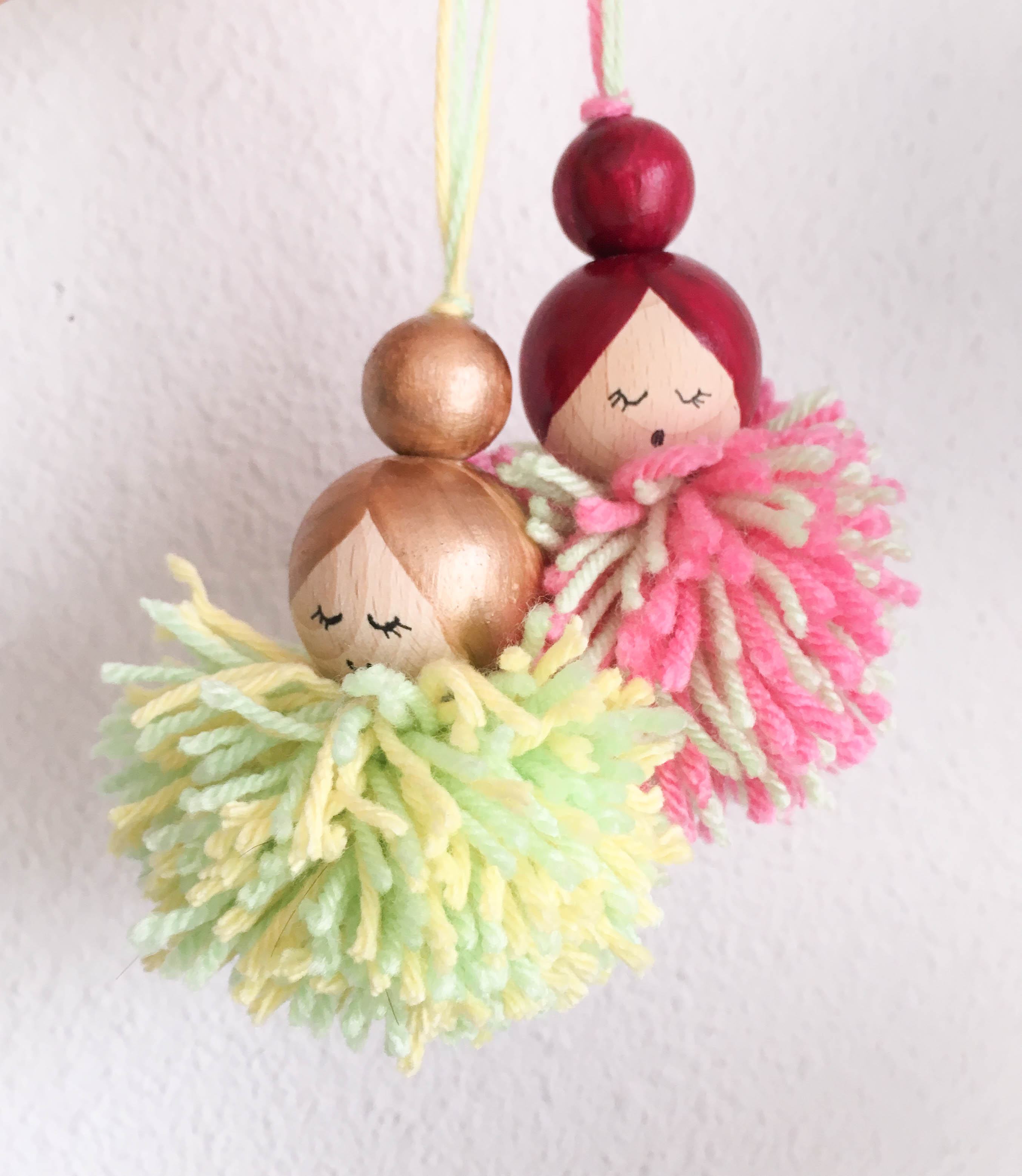 pompon poppetjes, pompoms maken, gelukspoppetjes, diy, houten kralen,