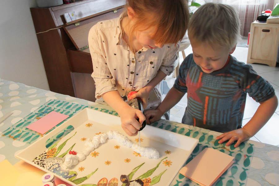 marmerpapier maken, marmerkaarten knutselen, knutselen met peuters, kleuters en kinderen, sensopatisch spelen, diy, creatief met papier, scheerschuim
