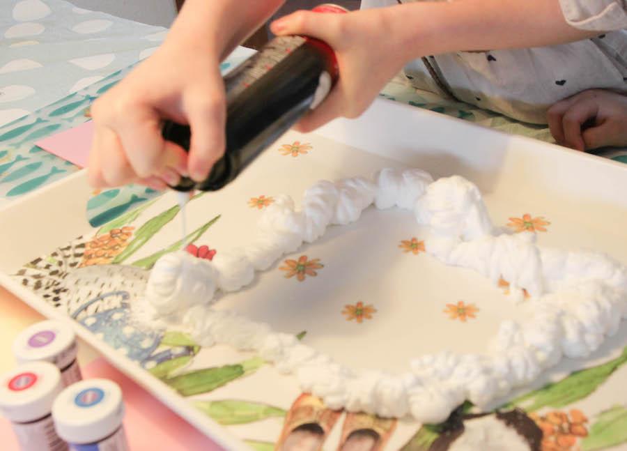 marmerpapier maken, marmerkaarten knutselen, knutselen met kinderen, die, creatief met papier, scheerschuim