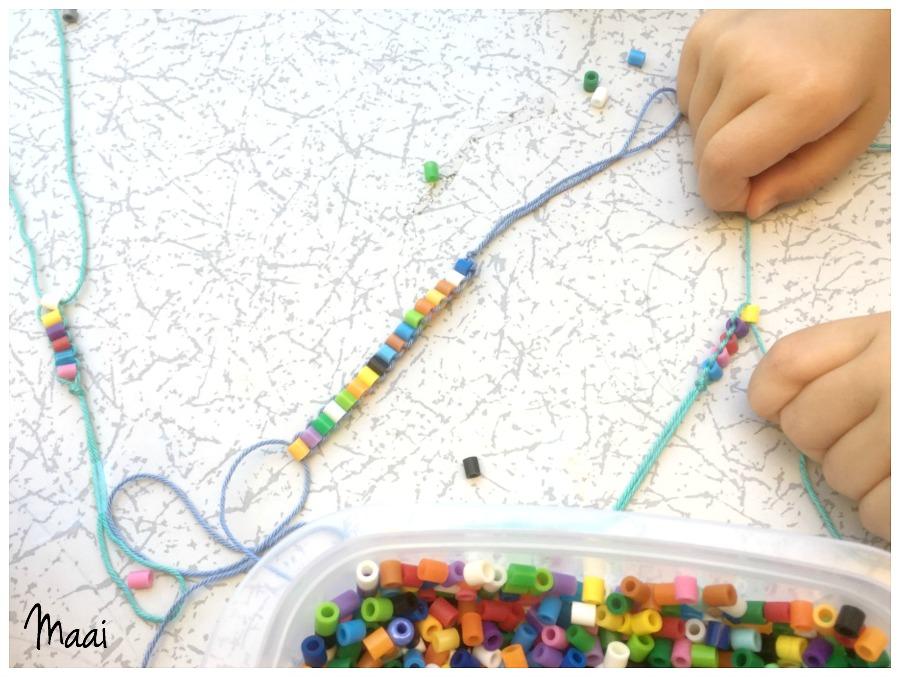 diy strijkkralen armbandjes, hamabeads, knutselen met kleuters en grote kinderen, vrolijke armbandjes zelfmaken, crafts for kids