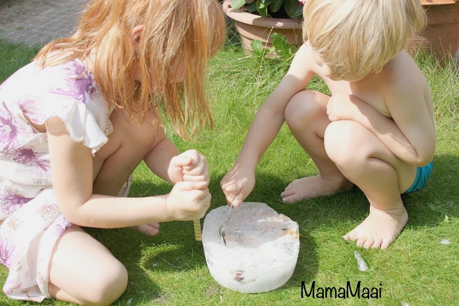 speelgoed uit ijs hakken, verkoelende speelactiviteit voor kinderen
