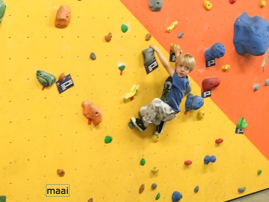 klimmen, kinderfeestje, stoer kinderfeestje, boulderhal almere Impact, boulderen kinderen