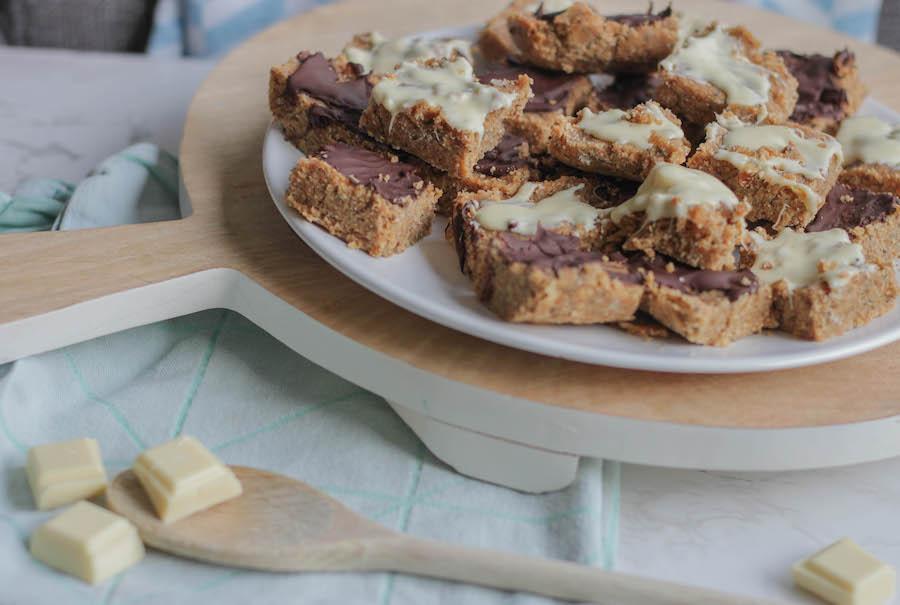 Zelf mueslirepen maken met kinderen van noten en chocola zonder oven