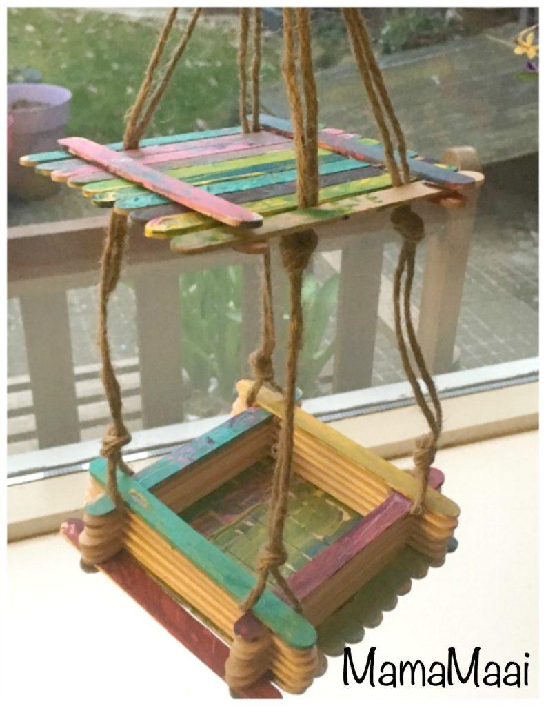 vogelvoerbakje, voerbakje knutselen met ijsstokjes, creatief zijn met kleuters en peuters, knutselen met kinderen